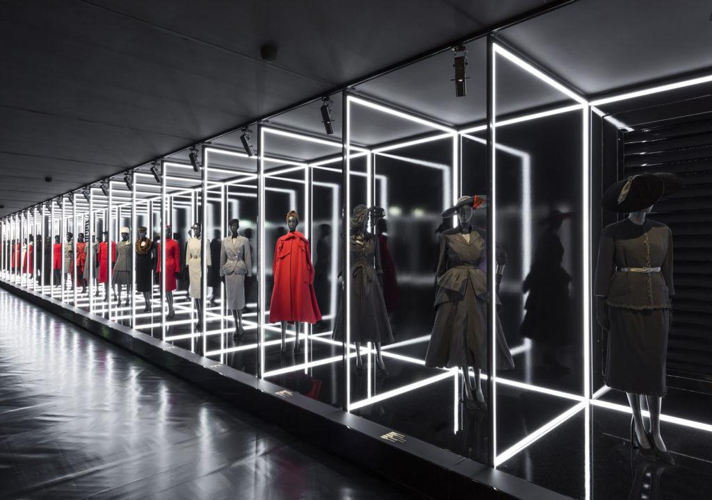Scenografia-dellesposizione-Christian-Dior-stilista-del-sogno-┬®-Le-arti-decorative-Parigi-foto-@Lucboegly-01.