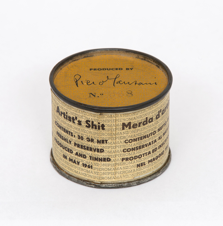 Piero Manzoni (Soncino 1933-Milano 1963) Merda d'artista,maggio 1961, lattina e carta stampata, cm 4,8 x 6 ø. Milano. Foto Agostino Osio © Fondazione Piero Manzoni, Milano by SIAE 2018