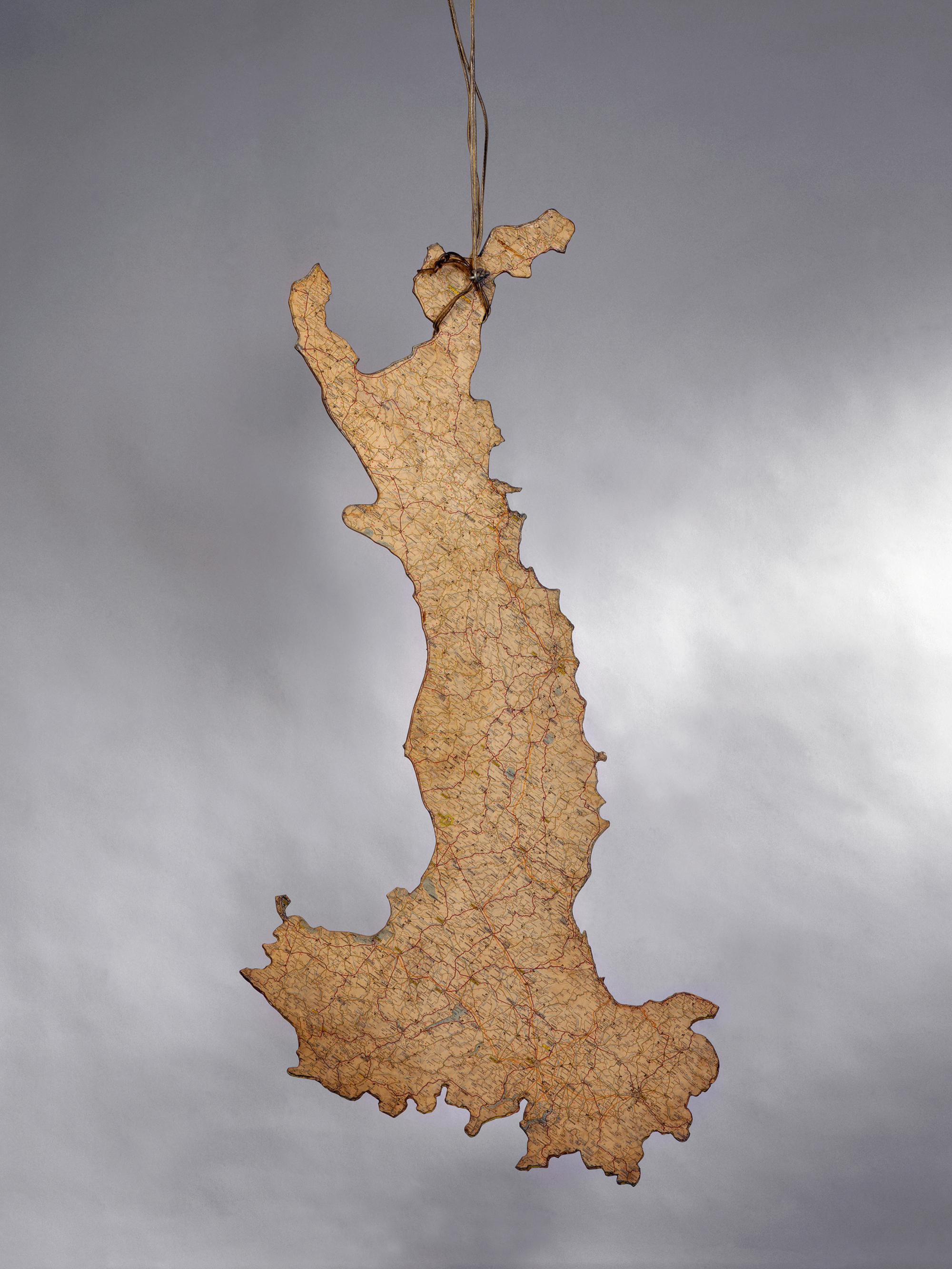 Luciano Fabro L'Italia rovesciata, 1968 ferro e carta geografica 127 x 75 x 4 cm