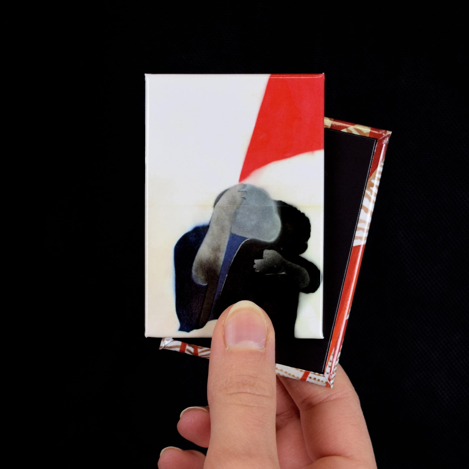 """Magnete personalizzato con l'opera """"Abbraccio eterno"""" di Angeli"""