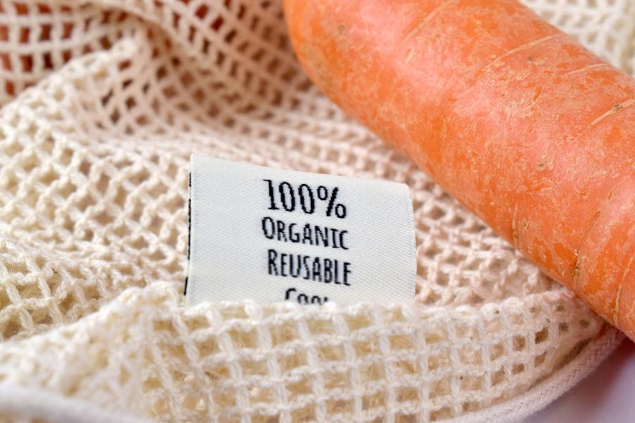 dettaglio sacchetto bio con etichetta e carota
