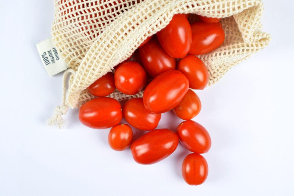 sacchetto a rete con pomodori