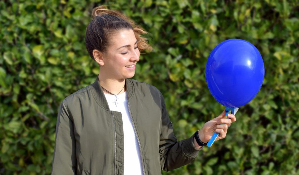 palloncino blu e ragazza