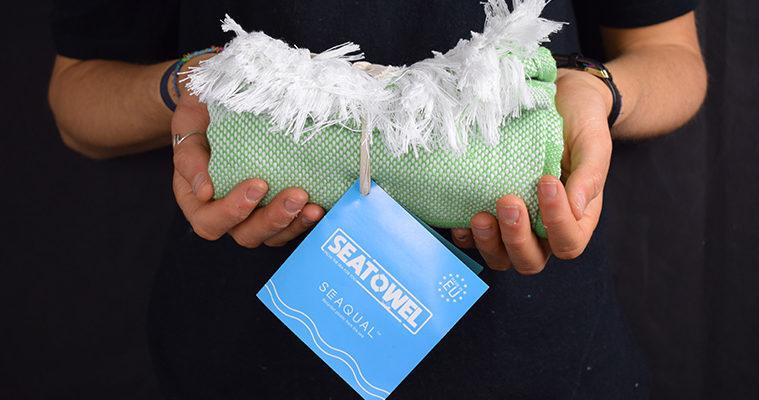 asciugamano fatto con le bottiglie di plastica riciclate