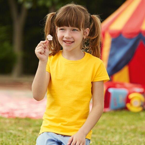 Bambina che indossa una t-shirt gialla