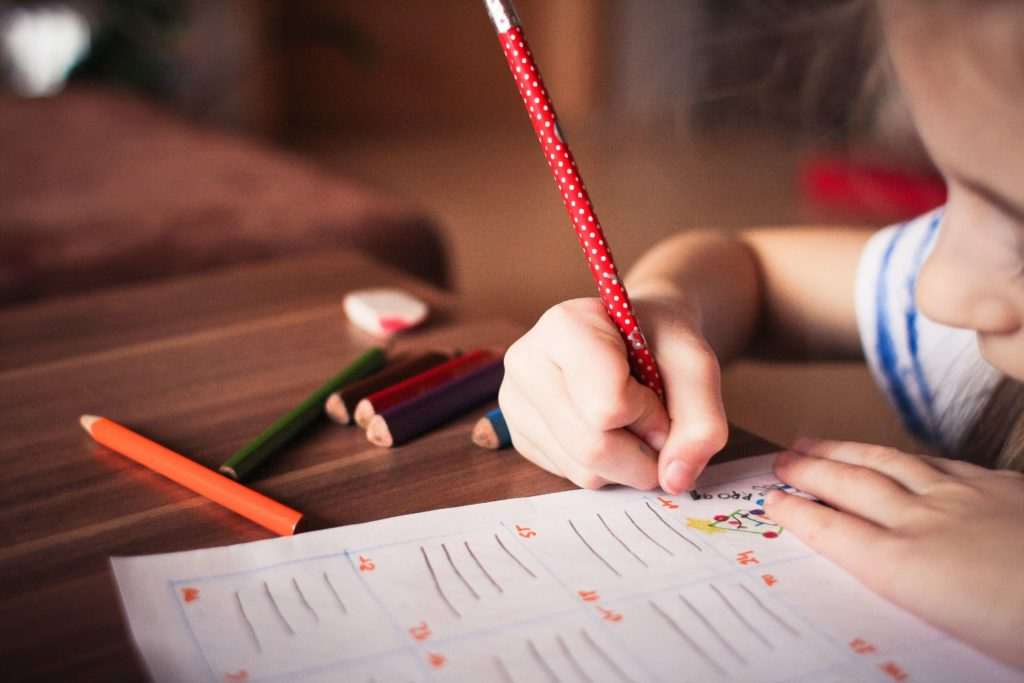Bambina mentre disegna su un foglio