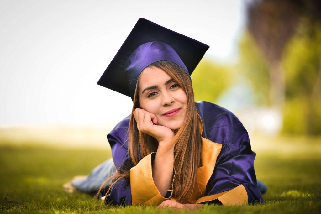 Studente universitario con vesti da laureato