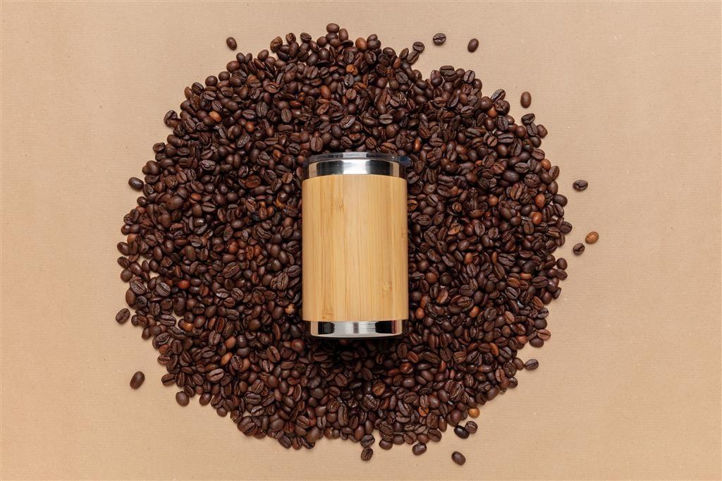 Tazza di caffè con chicchi ecologica