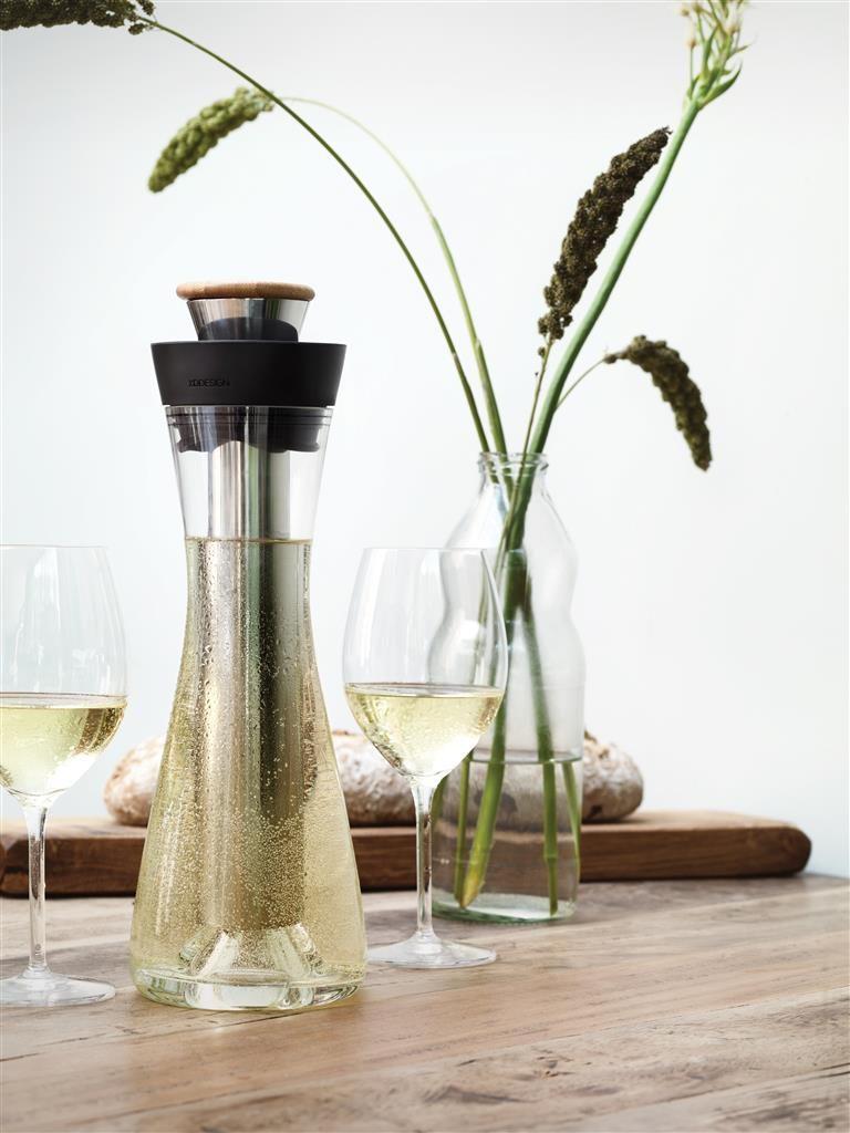 caraffa con vino bianco e bicchiere