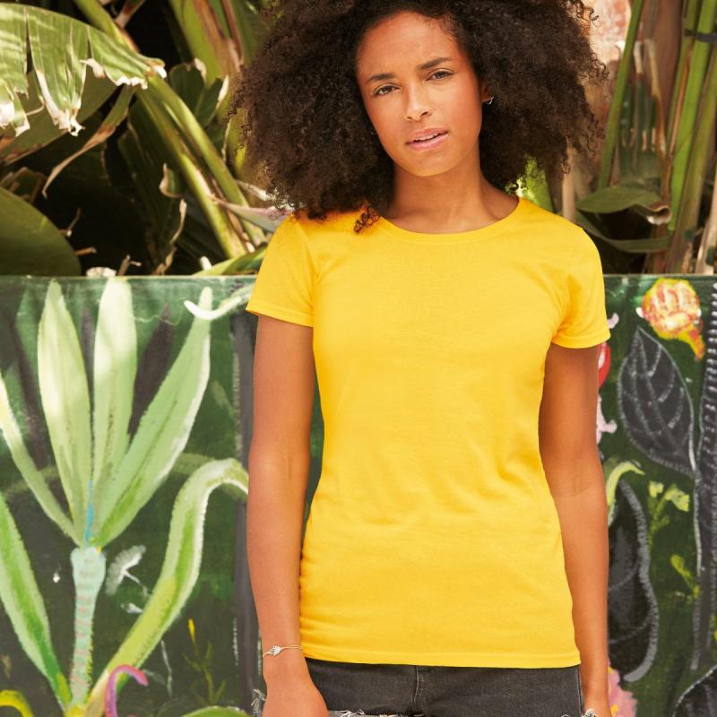ragazza con t-shirt gialla economica