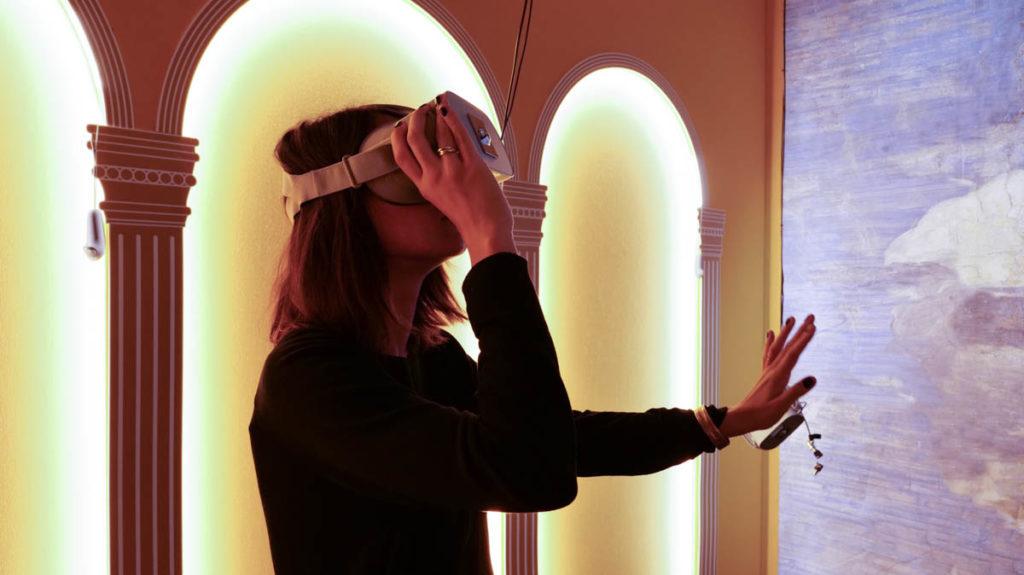 Ragazza con visore per realtà virtuale al museo