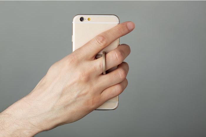 Mano che regge un iPhone