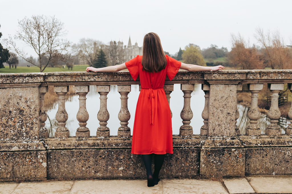 ragazza con vestito rosso moda autunno inverno