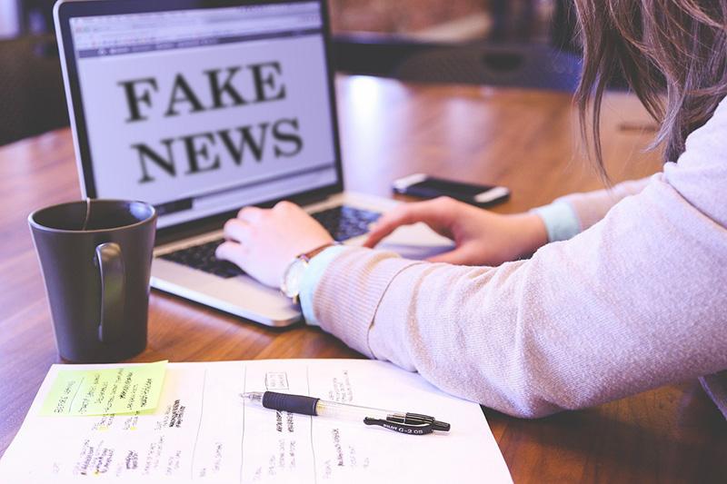 fake news scritto su schermo pc