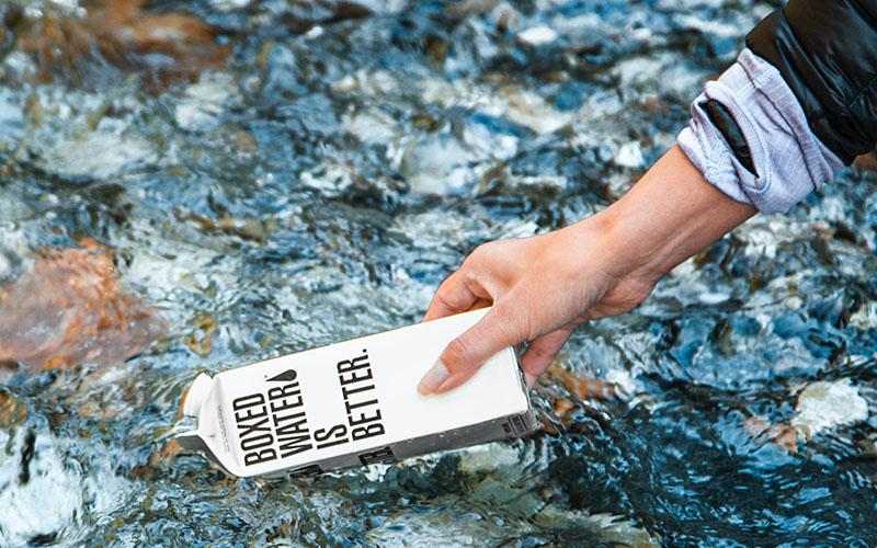 contenitore di acqua con scritto boxed water is better.