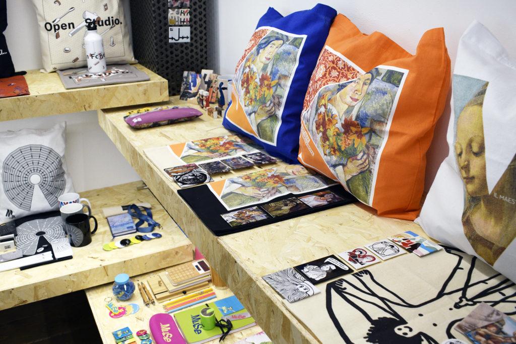 merchandising museale, gadget con grafiche di musei. Esempio di brand extension