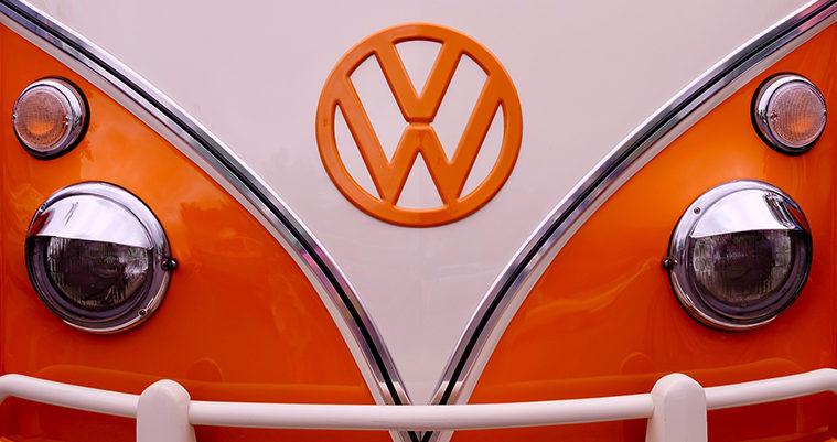 logo Wolksvagen arancione sul muso di una macchina