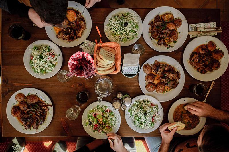 tavola con piatti etnici come esempio di social eating