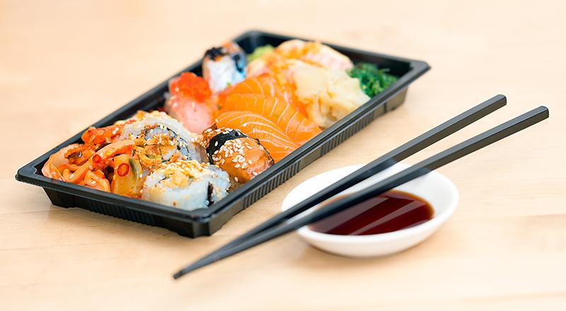 piatto di sushi in un contenitore da asporto