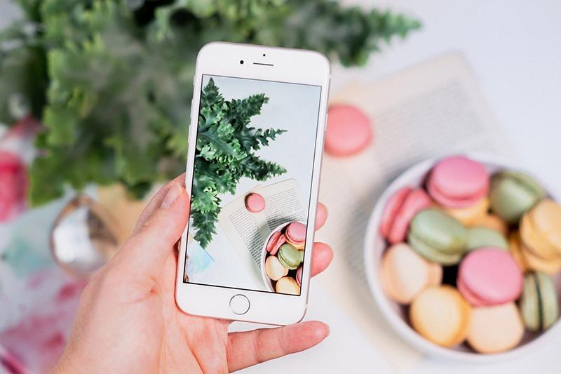 iphone che fotografa macarones