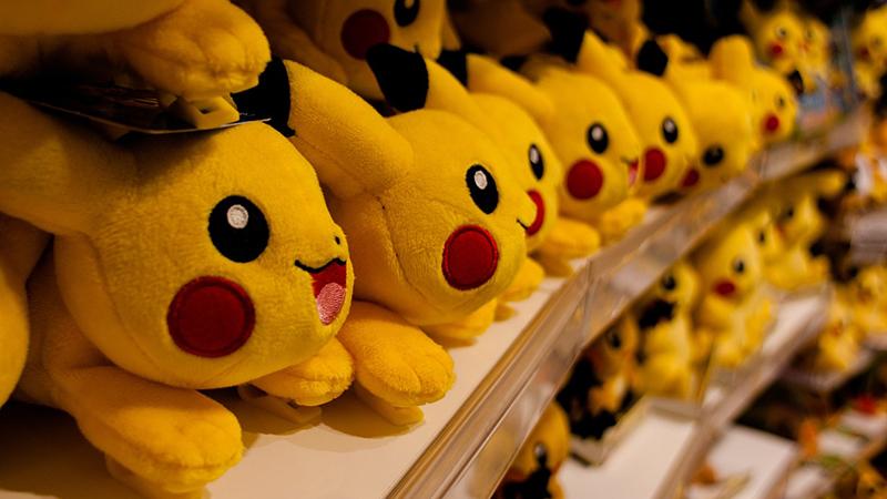 pupazzi Pikachu a scaffale