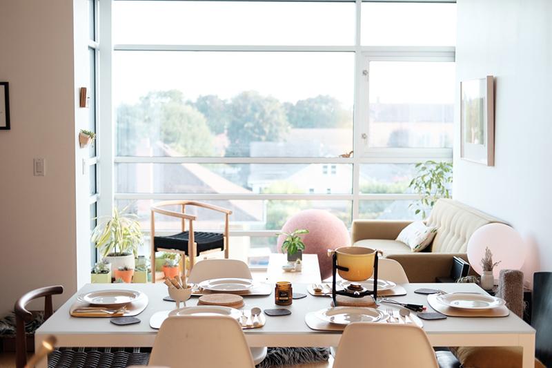 tavola apparecchiata per un evento di social dining
