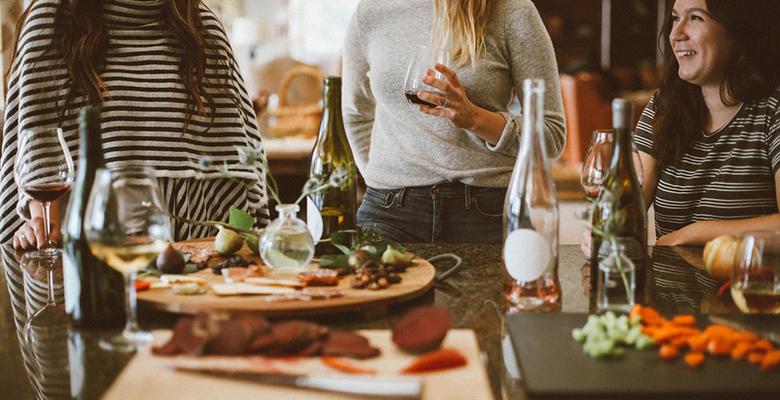 ragazze che mangiano insieme e fanno social eating