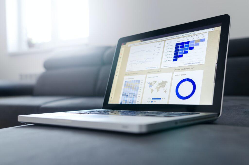 computer con grafici: esempio di report nel processo di importazione gadget
