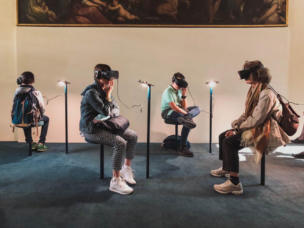 persone con visore vr in un museo come esempio di marketing esperienziale