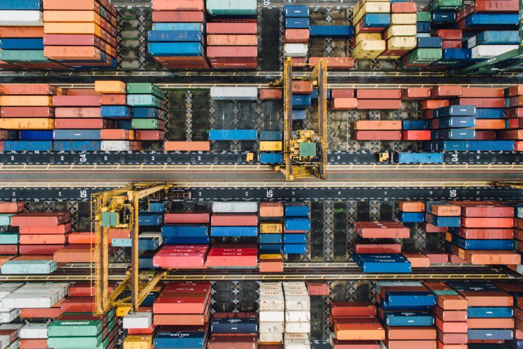 container in area franca dove sbarcano merci importate come importazione gadget
