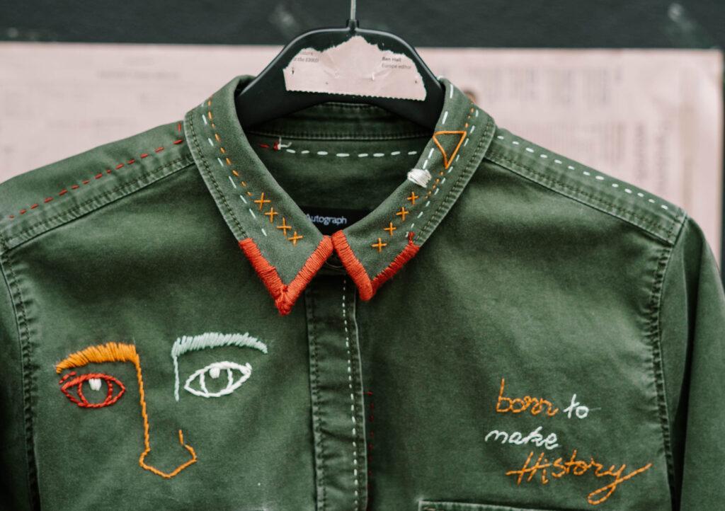 camicia verde con ricami personalizzati fatti a mano