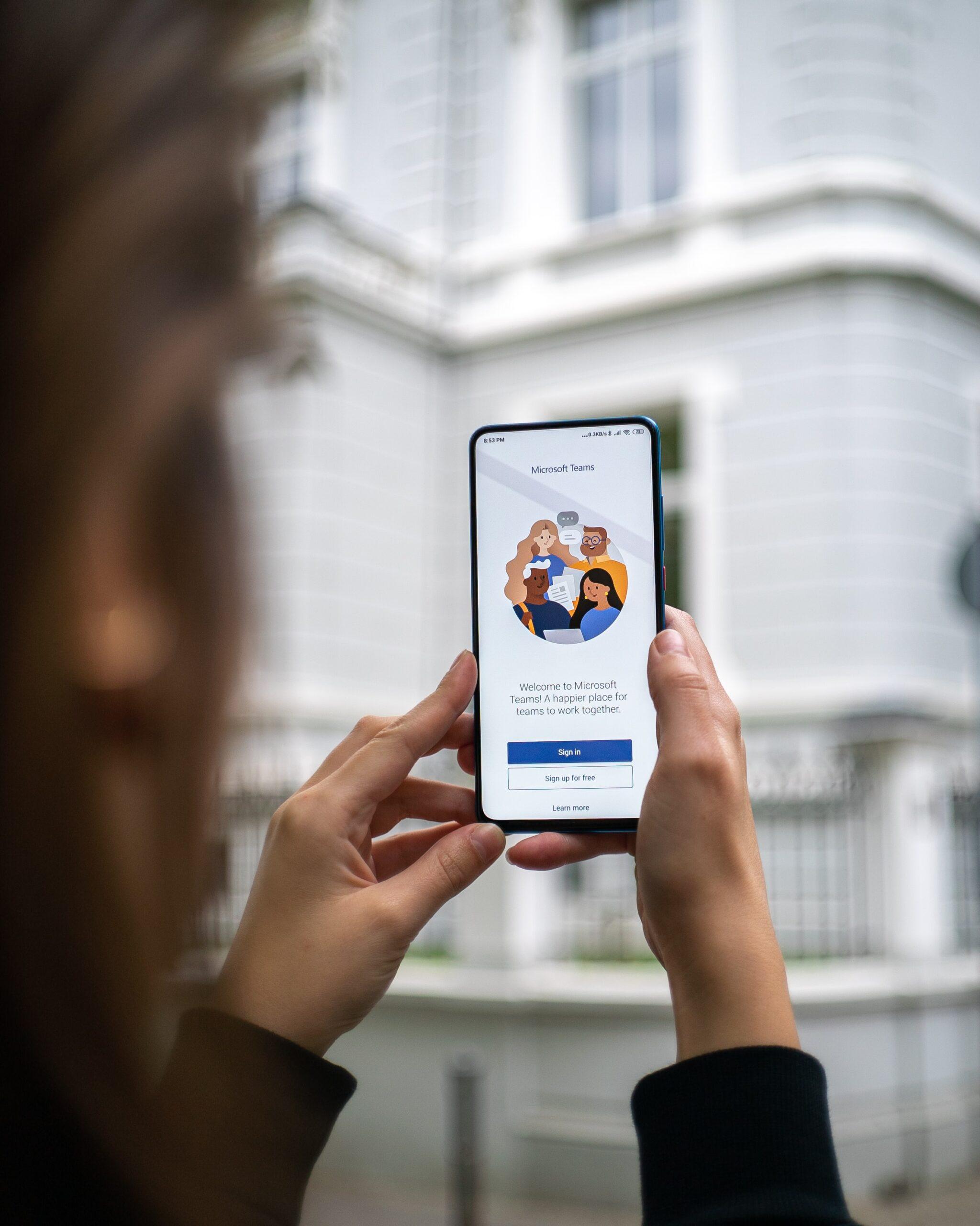 schermata iphone con chatbot come esempio di ausillio per mostre virtuali