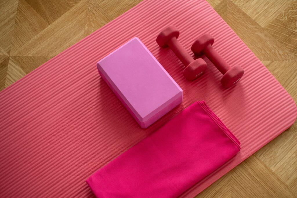 tappetino yoga, pesi,asciugmano, tutto l'occorrente per attività indoor