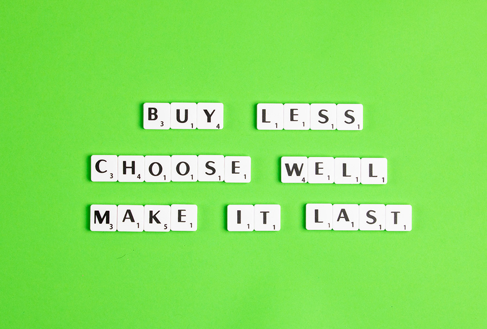 scritta buy less choose well make it last come definizione di moda sostenibile