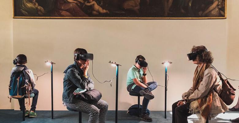 ragazzi davanti ad un quadro con visore realtà aumentata