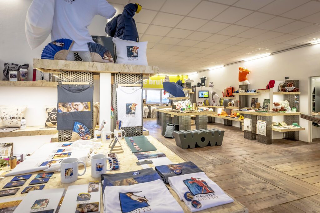 merchandising museale all'interno dello showroom di sadesign