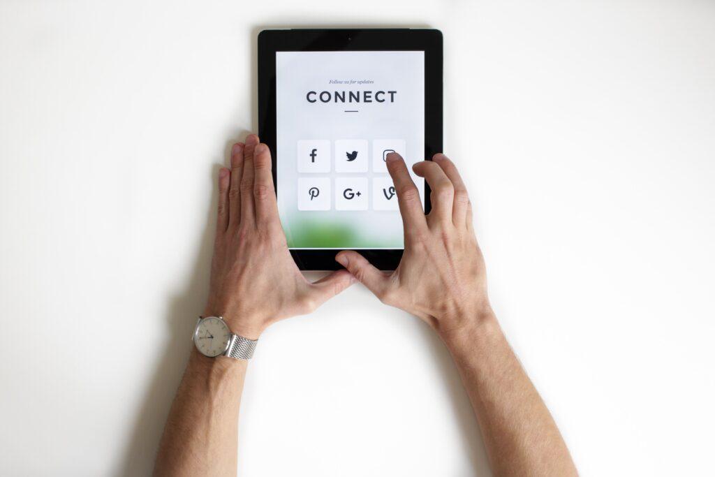 tablet con piattaforma digitale su cui fare crowdfunding: la versione digital della raccolta fondi