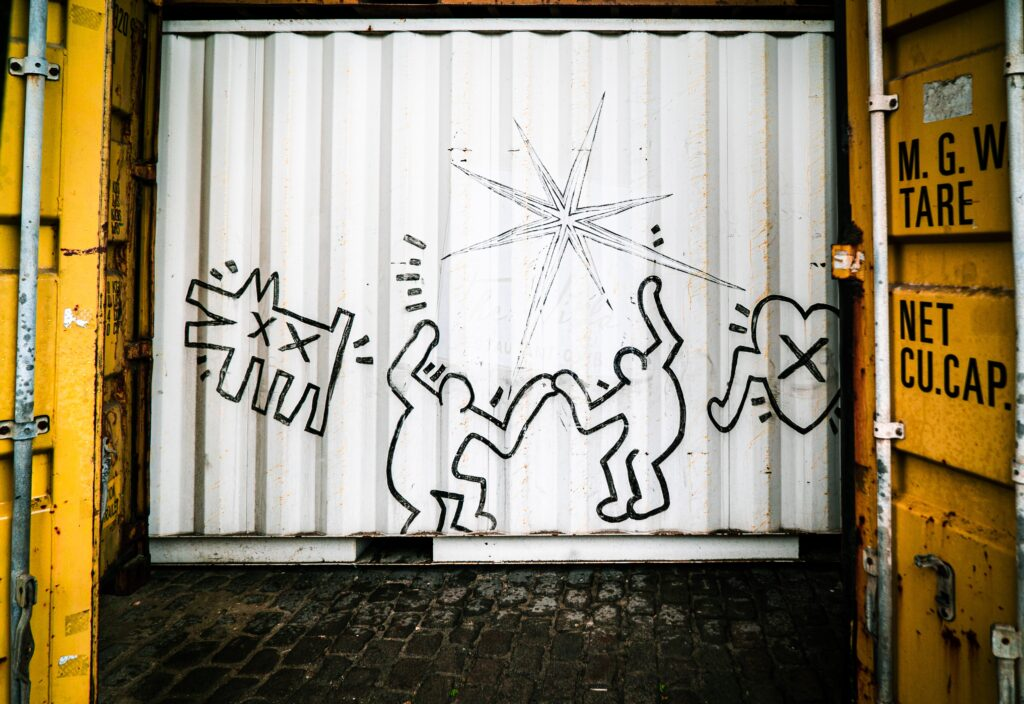 container con murales di keith haring e del movimento pop shop