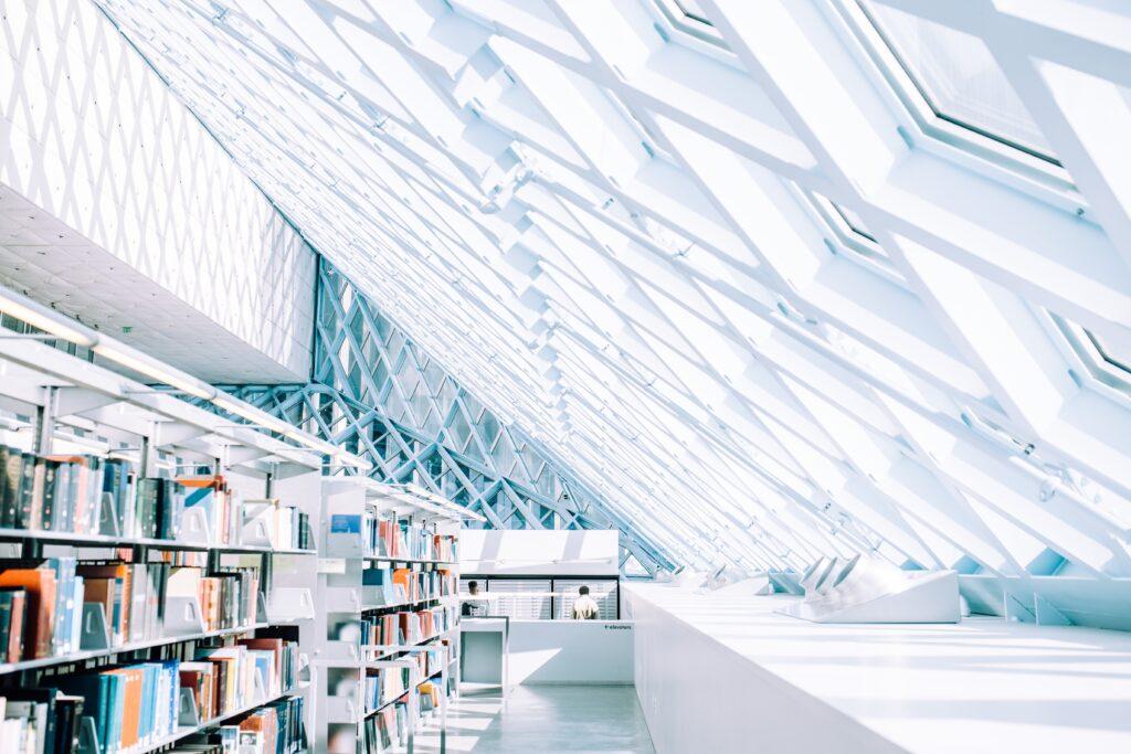 Sala bookshop di un museo come esempio di metodi per raccolta fondi