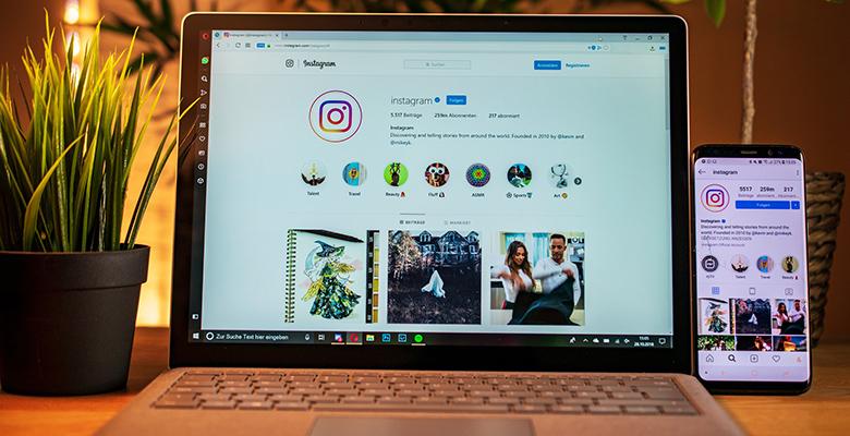 computer e telefono con pagina instagram in mostra