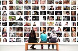 tre persone che guardano un collage di foto come opera d'arte di oggi
