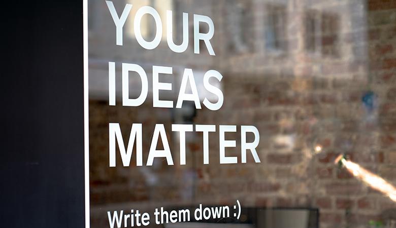 finestra con scritta your ideas matter. write them down