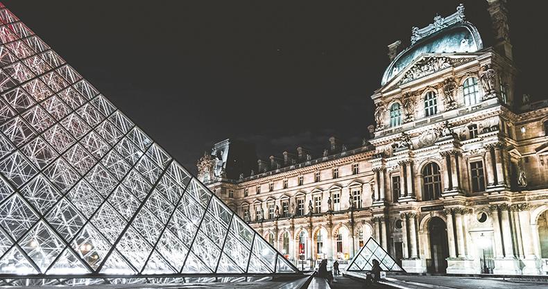 Foto di notte del Louvre dall'esterno come esempio di arte oggi