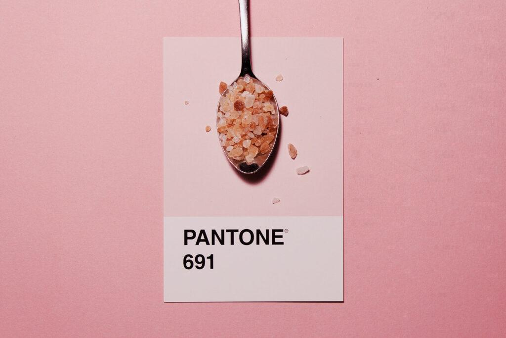 pantone 691 colore rosa con cucchiaino di sale rosa in palette