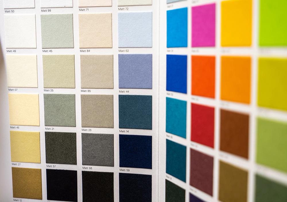 doppia parete con quadratini di colori pantone diversi