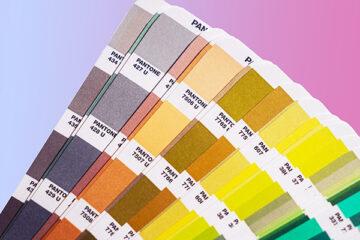 mazzetta pantone aperta su sfondo colorato