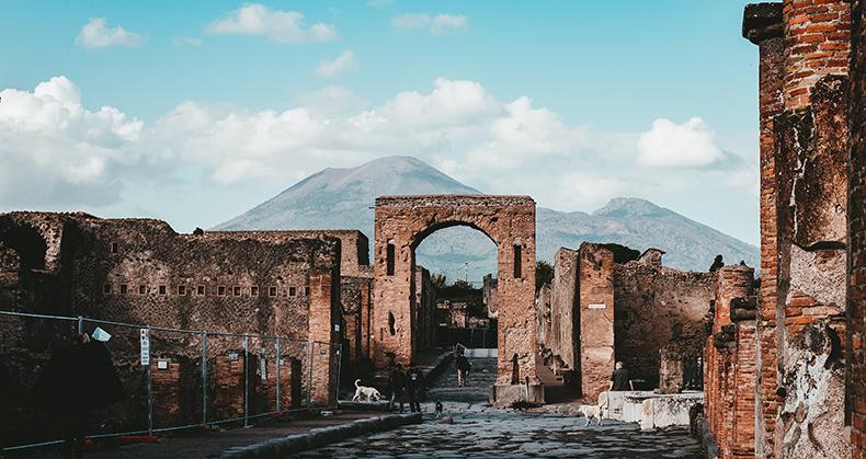 parco archeologico di Pompei in cui vengono venduti i lapilli del Vesuvio, un esempio della nuova arte oggi