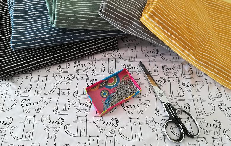 stoffe della sartoria creativa con forbici e spillini