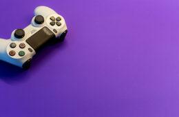 joystick su sfondo viola
