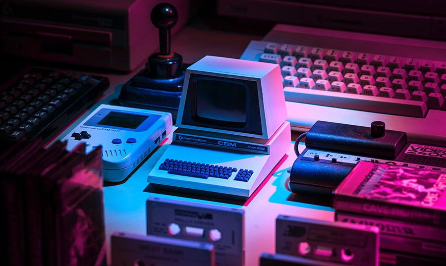 consolle videogiochi vintage con luce viola